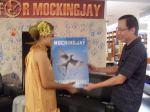 Penyerahan Moke-up Buku Mockingjay dari GM Pemasaran Gramedia Group of Book Publishing bpk Thomas Athanasius, kepada Effie trinket, perwakilan komunitas IHG